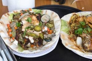 Chilli Cheese Belly: Zuzumis Wrap mit Garlic Belly, Barbecue Veggies, Cheesecreme, Schafskäse, Salat, Kräutern und Jalapeños