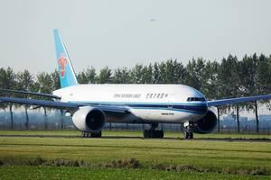 China Southern Cargo Airlines taxiert auf dem Flughafen Amsterdam-Schiphol