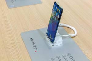 Chinesische Handys: Seitenansicht des Huawei Smartphone P30 Pro mit Leica-4-fach Kamera und Superzoom