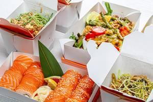 Chinesisches Essen in Kartonboxen, Salat, Sushi, Nudeln und Reis