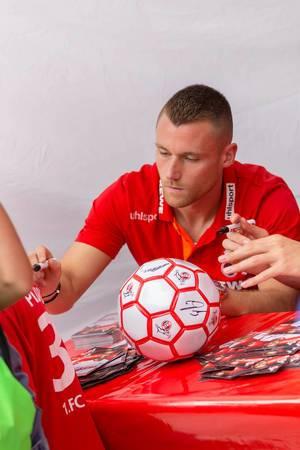 Christian Clemens signiert das Trikot eines Fans