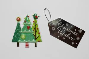 Christmas Wishes - Weihnachtswünsche auf einem Schild mit Weihnachtsbaumstickern auf weißem Hintergrund