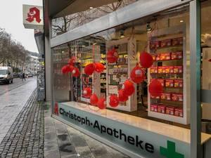 Christoph-Apotheke am Kaiser-Wilhelm-Ring zeigt kleines Kölner Stadtwappen auf Luftballons im Schaufenster