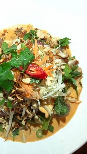 Chum Chay - veganes Bio-tofu in rotem Kokoscurry mit Buschbohnen, Möhren, Maronen, Zwiebeln, Champignons, Shiitake-pilzen auf Duftreis, dazu frische Sojakeime, exotische Kräuter, Erdnüssen und Röstzwiebeln