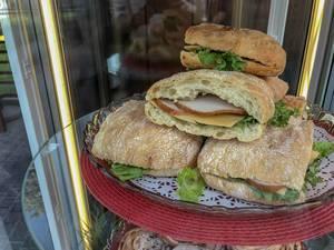 Ciabatta-Sandwiches mit Schinken, Käse und Kopfsalat