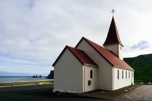 Classical Icelandic church with ocean view / Translate  Classical Icelandic church with ocean view  Klassische isländische Kirche mit Meerblick