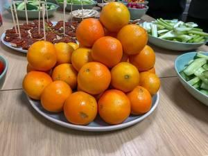 Clementinen auf einem Teller bei einem Rohkost-Buffet