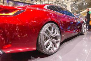 Close-up & side view of 21-inch rims of the red BMW Concept 4