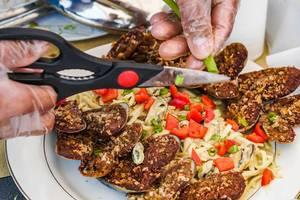 Close up der Verfeinerung durch Frühlingszwiebeln einer Pasta mit Muscheln (Flip 2019)