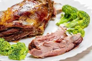 Close-up gebackenes Lammfleisch mit Brokkoli auf einem Teller
