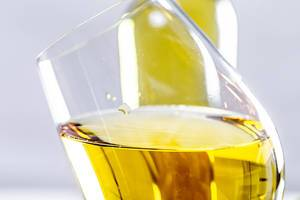 Close-up of a tilted glass of white wine (Flip 2019)