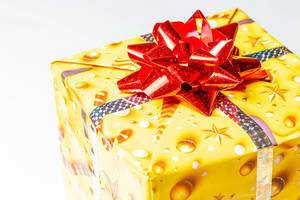 Close-up of a yellow gift box with a red bow (Flip 2020)