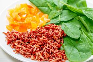 Close up of brown rice with spinach leaves and chopped bell peppers (Flip 2019)
