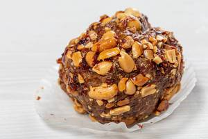 Close-up of cake with cocoa and roasted peanuts (Flip 2019)