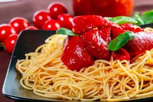 Close-up of spaghetti with sweet pepper and tomato sauce (Flip 2019)