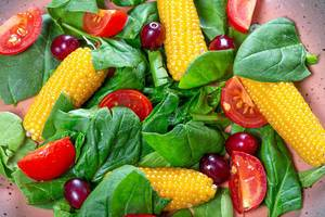 Close-up salad with spinach, tomatoes, corn and dogwood (Flip 2019)