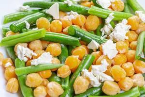 Close-up Salat mir Kichererbsen, Spargel und Feta Käse