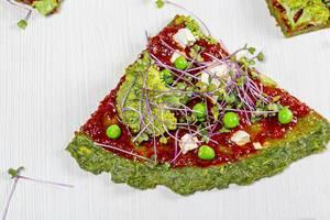Close-up vegetarische Pizza mit Gemüse und Mini-Brokkoli auf einem weißen Hintergrund