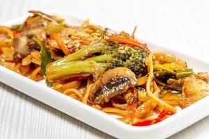 Close-up von Nudeln mit Gemüse und Sesamsamen