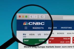 CNBC Logo und Schriftzug, des britischen Nachrichtensenders für Finanzen und Wirtschaft, unter einem Lupenglas
