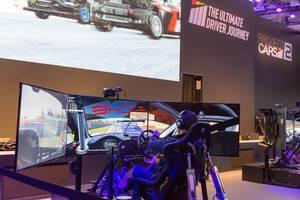 Cockpit und drei Monitore für das perfekte Rennspiel-Erlebnis - Gamescom 2017, Köln