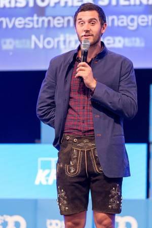 Colin Hanna hält eine Rede auf der Bühne