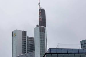 Commerzbank Tower ragt in den bewölkten Himmel in Frankfurt