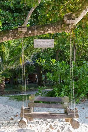 Constance Ephelia Resort auf Mahé (Seychellen) lädt mit Holzschaukel zum Sitzen und Entspannen ein, um #myconstancemoment zu erleben