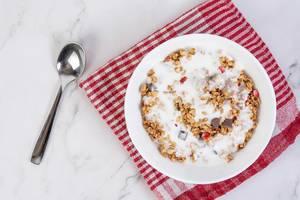Cornflakes-Müslis mit Schokolade, Erdbeerstückchen und Joghurt