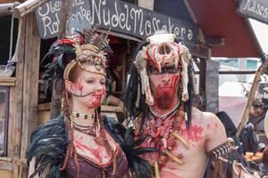 Cosplayer gekleidet als Barbaren vor einer Imbissbude
