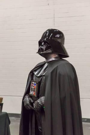 Cosplayer verkleidet als Darth Vader aus Star Wars