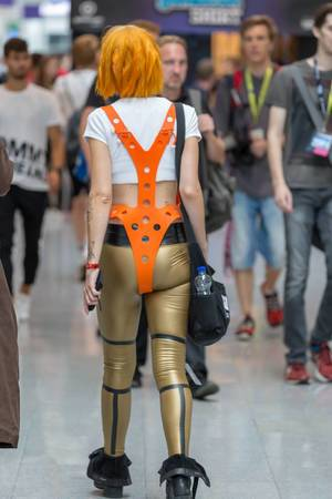 Cosplayerin verkleidet als Leeloo aus Das fünfte Element