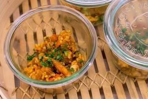Cous-Cous Salat mit Hähnchenbrust und grünen Kräutern, am Büffetstand des OMWest Barcamps von AXA in Köln