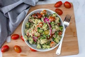 Couscous-Salat mit buntem Gemüse in einer weißen Schale