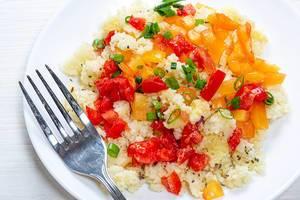 Couscous-Salat mit Paprika, Frühlingszwiebeln und Chiasamen