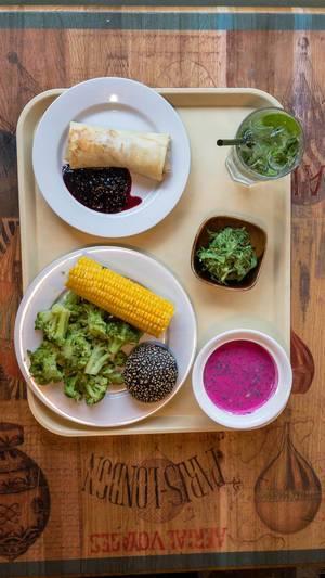 Crêpe mit Preiselbeersauce, gedünsteter Brokkoli und Mais, Swekolnik, Chuka Algen-Salat und Wasser mit Minze