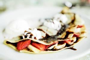 Crepes mit Erdbeeren, Sahne und Schokoladensoße