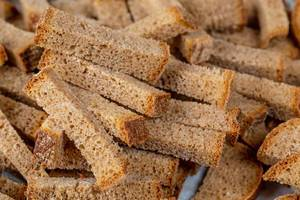 Crispy rusk from black bread