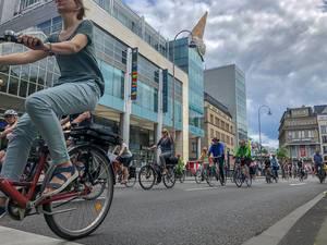 Critical Mass Teilnehmer am Neumarkt in Köln machen auf den Fahrradverkehr in Innenstädten aufmerksam
