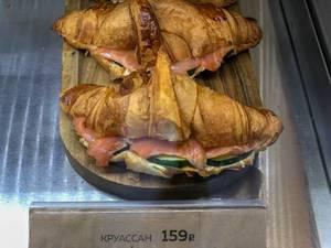 Croissant-Sandwiches mit Lachs und Gurke