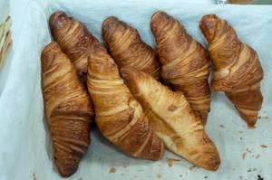 Croissants in einem geflochtenen Korb