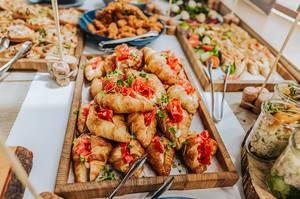 Croissants mit Salamiwurst. Kalorienschub zum Frühstück
