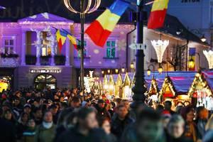 Crowded Christmas market in Sibiu, Romania, night view (Flip 2019)
