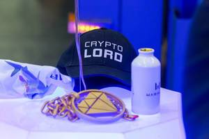 Crypto Lord Kappe und ein Cosplay Amulett auf der Gamescom 2018