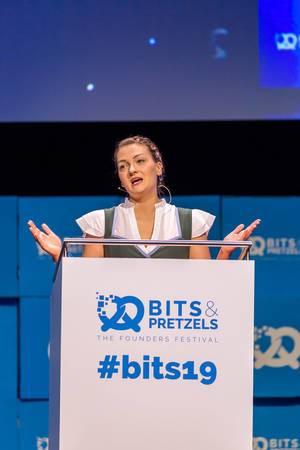 CSU-MItglied Judith Gerlach am Rednerpult auf der Bühne, um über Führungspositionen von Frauen in der Digitalbranche zu sprechen