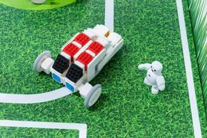Cubroid-Roboter aus Coding-Blocks, auf einer Spielwiese