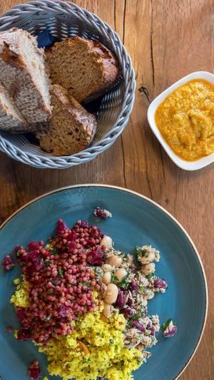Curry Couscous, Rote Beete, Bohnen und Thunfisch mit gelbem Hummus und Brot
