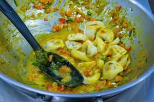 D´Angelo - Vegan Bio Cappelletti Nudeln mit Kürbis-Apfel Füllung werden in einer Soße mit Karotten und Paprika zubereitet