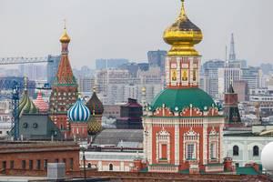 Dächer der Gebäude am Roten Platz in Moskau, darunter auch die Basilius-Kathedrale