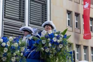 Damen in blau-weiß umgeben von Blumen - Kölner Karneval 2018